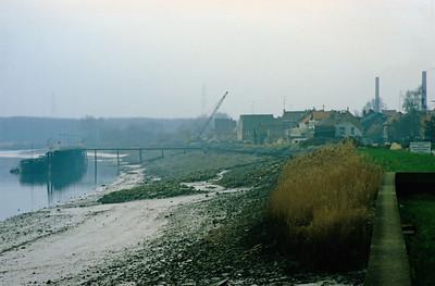 """Steendorp - zicht vanop de dijk in de Lepelstraat ter hoogte van """" 't Huis ten halve"""" op het moment dat de werken aan de nieuwe dijk waren begonnen Links zie je """"den barkendeir"""""""