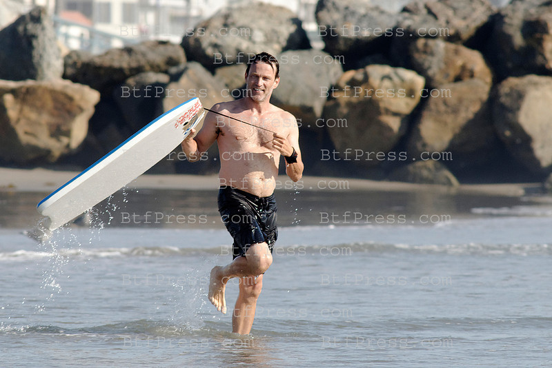 Exclusive___ Stephen Moyer (from True Blood) and daughter Liliac playing in the waves of Venice beach