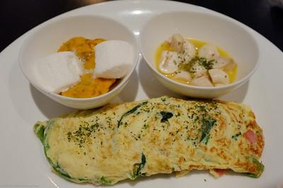 波菜起士蛋捲,配菜是地瓜泥和奶油蘑菇