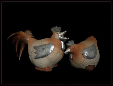 Coppia gallo-gallina di creta con particolari in latta e piume - Francia