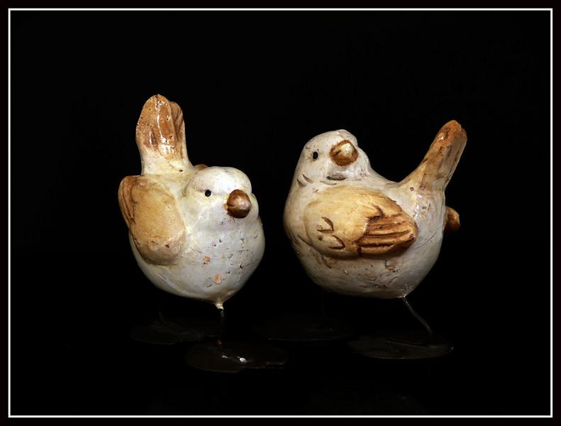 Coppia di pulcini in ceramica con gambe e piedistalli in metallo