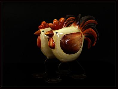 Coppia gallo-gallina in ceramica con gambe e piedistallo in metallo - Francia