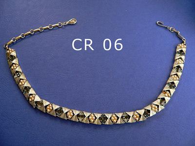 CORo girocollo regolabile firmato alla chiusura metallo color argento, piccole perle, strass vari colori