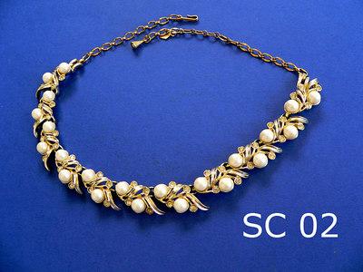 SARAH CONVENTRY girocollo regolabile - marcato SARAH COV alla chiusura - metallo color oro, perle e strass trasparenti simile al pezzo SC01 da cui differisce solo per la diversa chiusura e per il tono del metallo