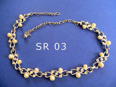 SARAH COVENTRY girocollo regolabile, siglato SC su una delle parti che compongono la collana metallo color argento, perle e piccoli strass trasparenti