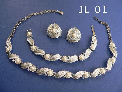 JUDY LEE parure composta da girocollo regolabile, braccialetto ed orecchini a clip - la collana è firmata al gancio di chiusura metallo color argento, perle e piccoli strass trasparenti