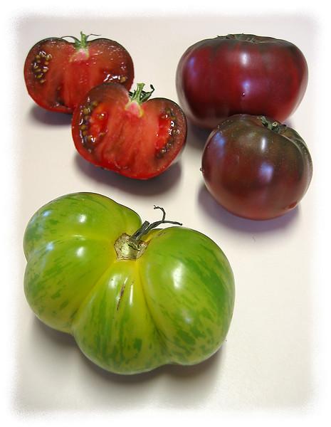 Heirloom tomato - Green Zebra and (2 intact, 1 halved) Cherokee Purple [edgefade10 frame]