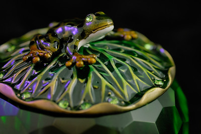 Trinket box in a light tent with gelled flashes. Left: Cosmetic Silver Moss, right: Purple