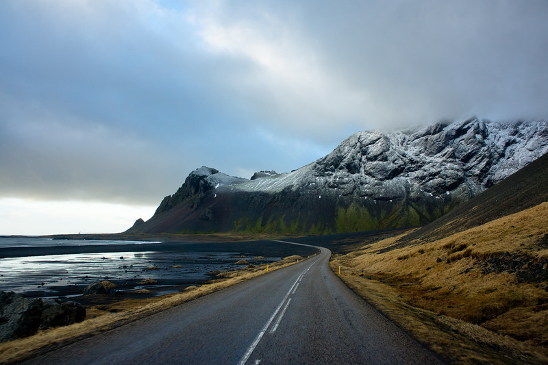 AN EMPTY ROAD THROUGH THE ICELANDIC LANDSCAPE