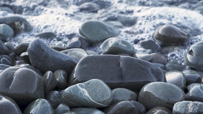 Waves Crashing on Rocks with Audio 4K