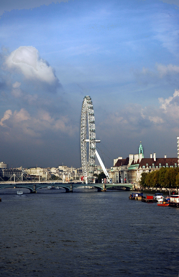 """The """"EYE"""" in London on the Thames River"""