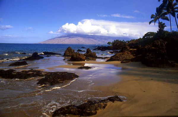 Kamaole Beach in Kihei, Maui, and the West Maui Mountains in bkgd.