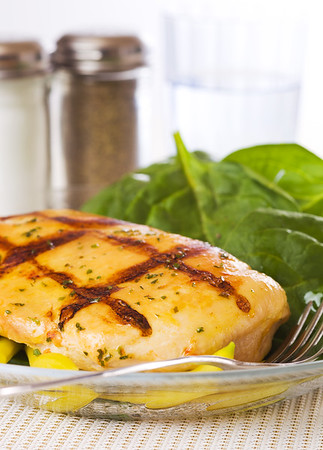 Grilled chicken breast with salad, spinach and vegetable.