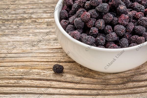 dried chokeberry (aronia)