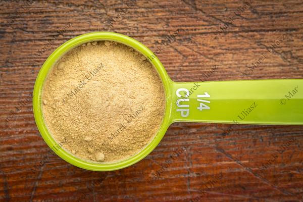 scoop maca root powder
