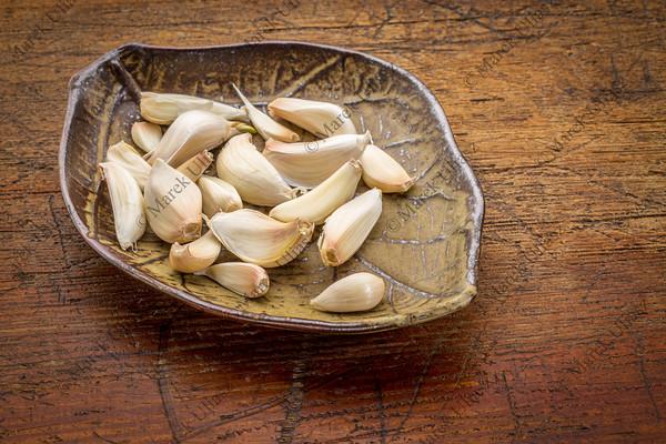 garlic cloves on a leaf bowl