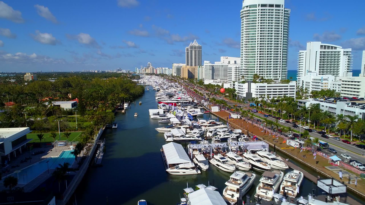 Busy sunday Miami Beach boat show 2018 4k