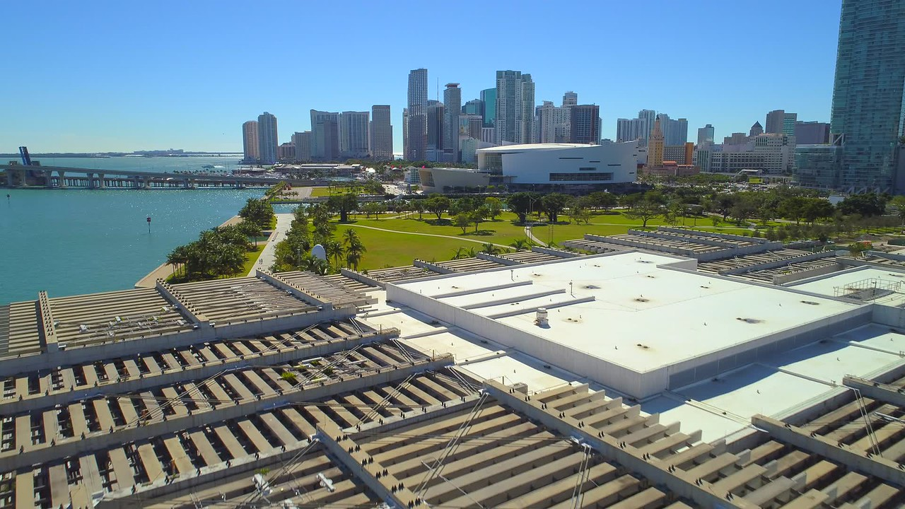 Aerial shot of Downtown Miami Museum Park 4k 24pq