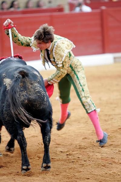 El Juli failing to kill the bull with the sword