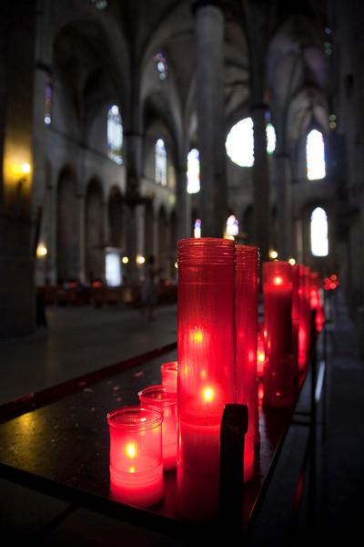 Velas votivas en el interior de Santa María del Mar, Barcelona