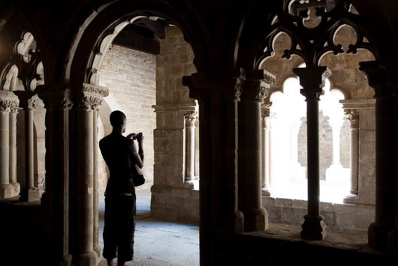 Un visitante toma fotografías del claustro del monasterio de Sant Pau del Campo, Barcelona