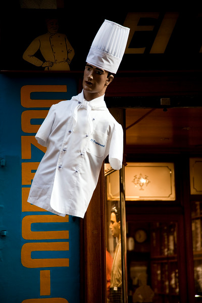 Muñeco vestido de cocinero en una tienda de uniformes, calle Hospital, barrio del Raval, Barcelona