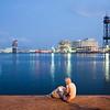 Una muchacha sentada en los muelles del puerto junto al paseo de Colón, Barcelona