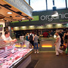 Carnicería junto a establecimiento vegetariano, Mecado de la Boquería, Barcelona