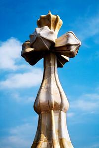 Cruz de la cubierta de la fachada, Casa Batlló, obra de Gaudí, paseo de Gracia, Barcelona