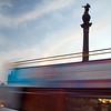 Autobús pasando ante el monumento a Colón en el Puerto de Barcelona