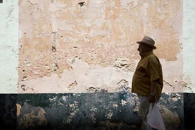 Graphic image of outlined people against an old wall in Cadiz downtown.