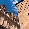 La Casa de las Conchas (derecha) y la iglesia de la Clerecía (izquierda), separadas por la calle de la Compañía, Salamanca, España