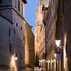 Calle de la Compañía con la fachada de la Universidad Pontifica a la derecha y las torres de la Clerecía al fondo, Salamanca, España