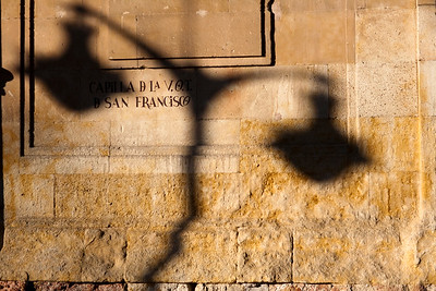 La sombra de una farola sobre la fachada de la iglesia de San Francisco, Salamanca, España