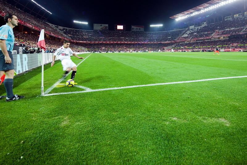 Jesus Navas performing a corner kick. Spanish Liga game between Sevilla FC and Valencia CF. Sanchez Pizjuan stadium, Seville, Spain, 31 January 2010