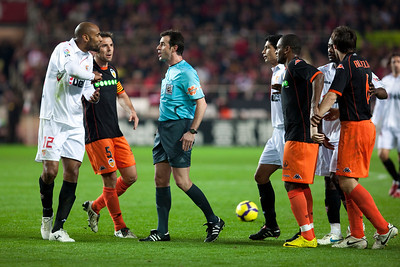 Kanoute arguing with the referee. Spanish Liga game between Sevilla FC and Valencia CF. Sanchez Pizjuan stadium, Seville, Spain, 31 January 2010