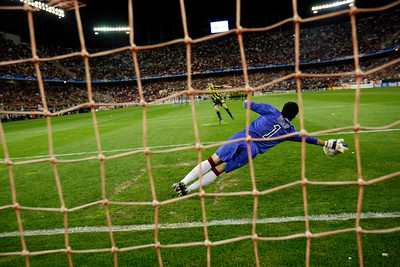 Edu (Fenerbahçe) misses a penalty saved by the goalkeeper, Andres Palop. UEFA Champions League first knockout round game (second leg) between Sevilla FC (Seville, Spain) and Fenerbahce (Istambul, Turkey), Sanchez Pizjuan stadium, Seville, Spain, 04 March 2008.