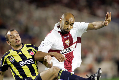 Edu (Fenerbahçe) and Kanoute (Sevilla) struggling for the ball. UEFA Champions League first knockout round game (second leg) between Sevilla FC (Seville, Spain) and Fenerbahce (Istambul, Turkey), Sanchez Pizjuan stadium, Seville, Spain, 04 March 2008.