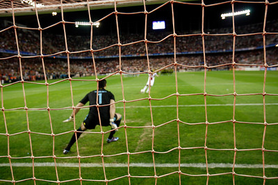 Daniel Alves (Sevilla) misses a penalty saved by the goalkeeper, Volkan Demirel. UEFA Champions League first knockout round game (second leg) between Sevilla FC (Seville, Spain) and Fenerbahce (Istambul, Turkey), Sanchez Pizjuan stadium, Seville, Spain, 04 March 2008.