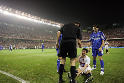 The referee talking to Martí