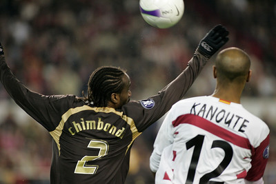 Chimbonda and Kanoute fighting for the ball