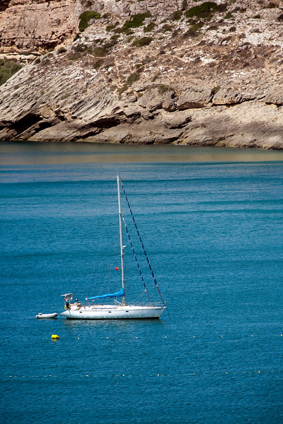 Sailing boat on Mareta bay, Atlantic Ocean. Town of Sagres, municipality of Vila do Bispo, district of Faro, region of Algarve, southwestern Portugal