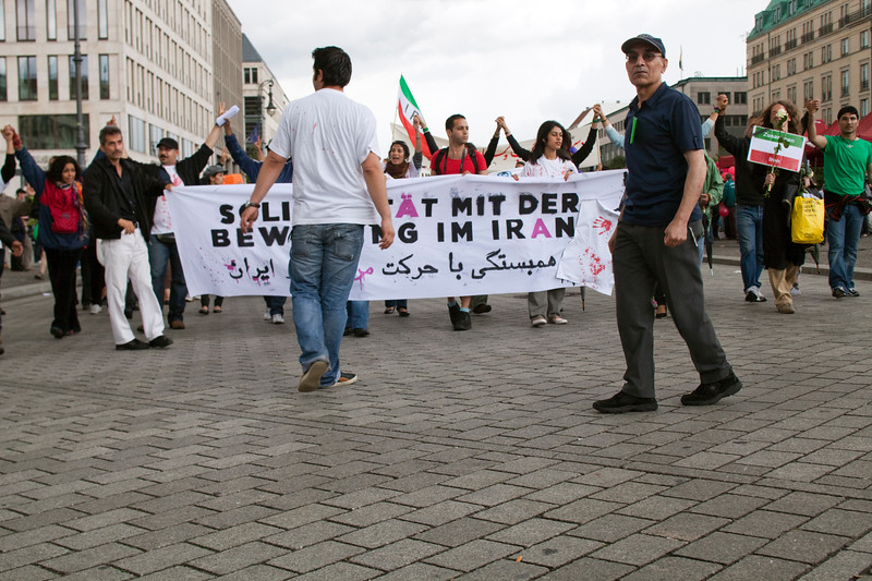 Iranian oppositors protesting against the Islamic government and demanding democracy in Iran, Branderburg Gate, Berlin, Germany