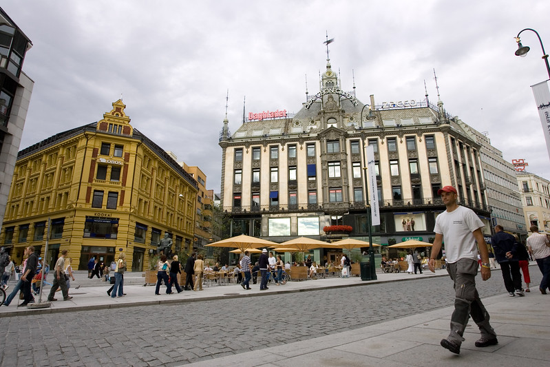 Karl Johan street, wich leads to the Royal Palace, is the main street in Oslo downtown, and it is plenty of trendy shops, elegant hotels and fine restaurants.
