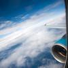 Vista a través de la ventana de un avión