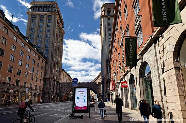 STOCKHOLM AU TEMPS DU COVID 19. ALORS QUE TOUTE L EUROPE SE CONFINE, STOCKHOLM CHOISIT DE RESTER UNE VILLE OUVERTE. Recommandations sanitaires de prévention contre Covid 19 dans la rue du Roi (entre les deux tours du Roi). Rue Kungsgatan