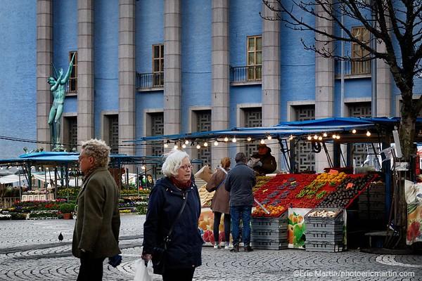 STOCKHOLM AU TEMPS DU COVID 19. ALORS QUE TOUTE L EUROPE SE CONFINE, STOCKHOLM CHOISIT DE RESTER UNE VILLE OUVERTE. ICI LE MARCHE HOTORGET DEVANT LA SALLE DE CONCERT DE STOCKHOLM.