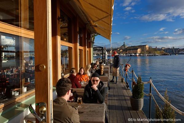STOCKHOLM AU TEMPS DU COVID 19. ALORS QUE TOUTE L EUROPE SE CONFINE, STOCKHOLM CHOISIT DE RESTER UNE VILLE OUVERTE.  Le restaurant flottant Ångbåtsbryggan