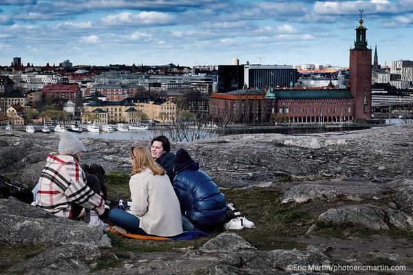 STOCKHOLM AU TEMPS DU COVID 19. ALORS QUE TOUTE L EUROPE SE CONFINE, STOCKHOLM CHOISIT DE RESTER UNE VILLE OUVERTE. Skinnarviksberget est le point naturel le plus haut de Stockholm et l´unique colline de la ville