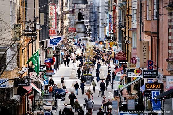 STOCKHOLM AU TEMPS DU COVID 19. ALORS QUE TOUTE L EUROPE SE CONFINE, STOCKHOLM CHOISIT DE RESTER UNE VILLE OUVERTE. Ici la rue piétonne commerçante Drottninggatan